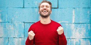 homme heureux grâce à la dopamine
