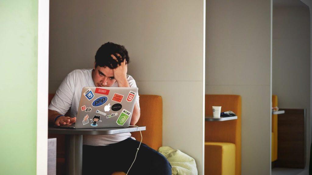 réduire le stress, homme se prenant les cheveux devant son ordinateur