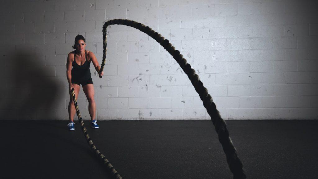 sportive cardio faisant de la corde